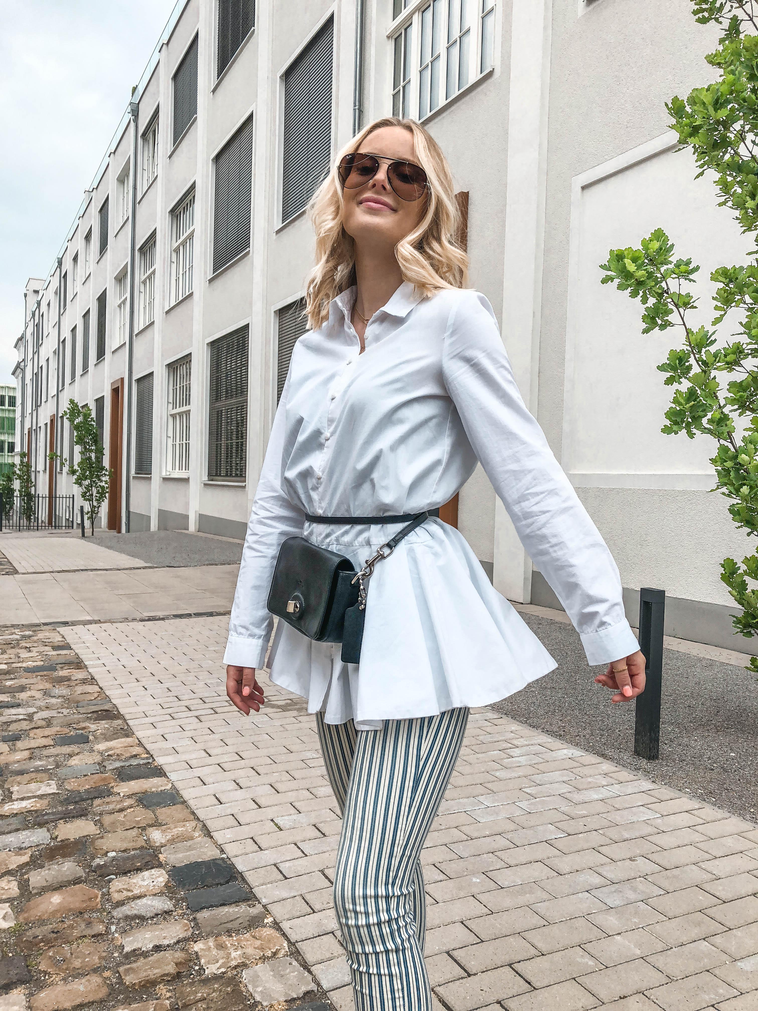 Gestreifte Jeans mit Regenbogen-Sneakern - KIM ENGEL