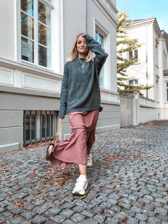 Layering - Maxikleid und oversized Pullover - KIM ENGEL